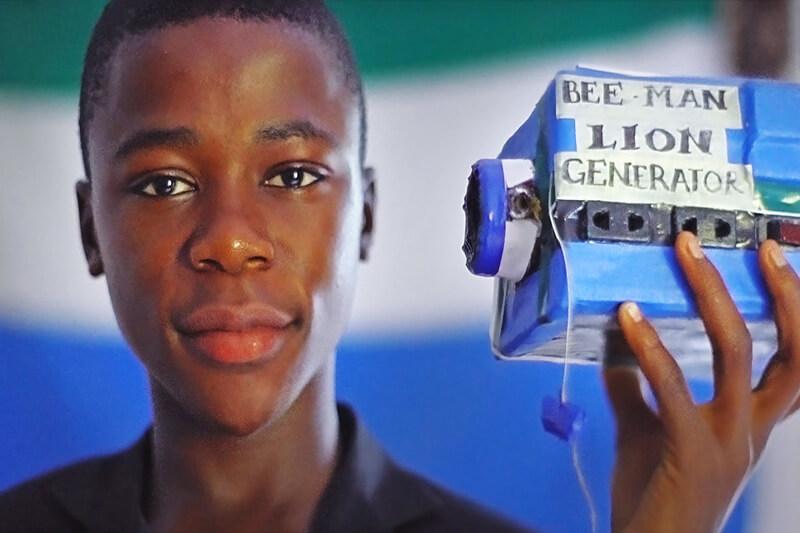 Joven crea batería de basura