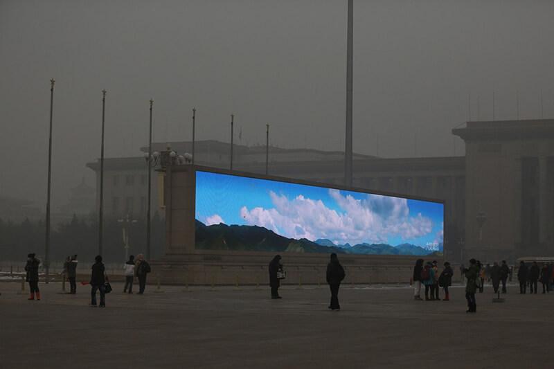 China emite amanecer por pantallas