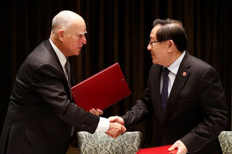 El gobernador Jerry Brown y el presidente Xi Jinping acordaron expandir el comercio de tecnología verde entre ambos países.