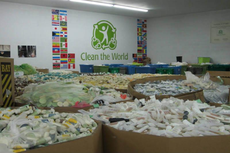 La organización Clean the World entrega estuches higiénicos de jabón reciclado a más de 100 países.