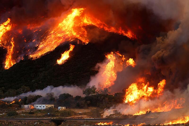 Incendios forestales se han presentado en Estados Unidos, y los científicos aseguran que las fuertes lluvias no aliviarán la situación.