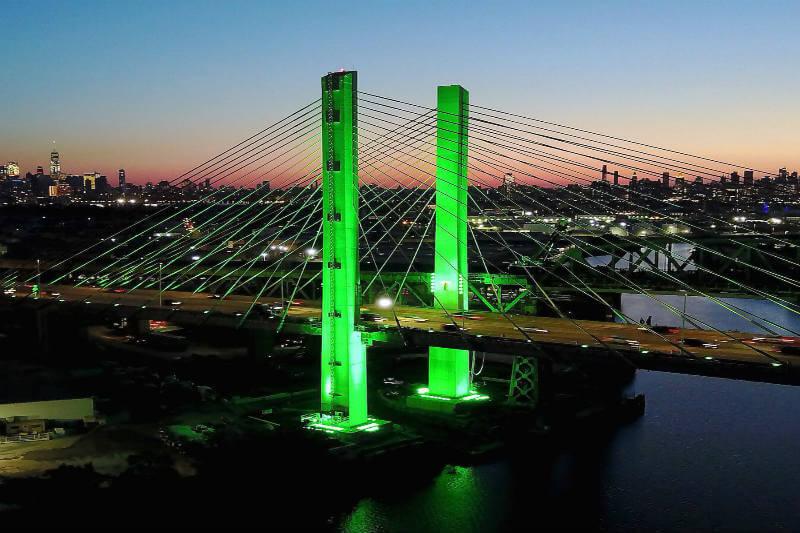 Puente en NY es iluminado con color verde