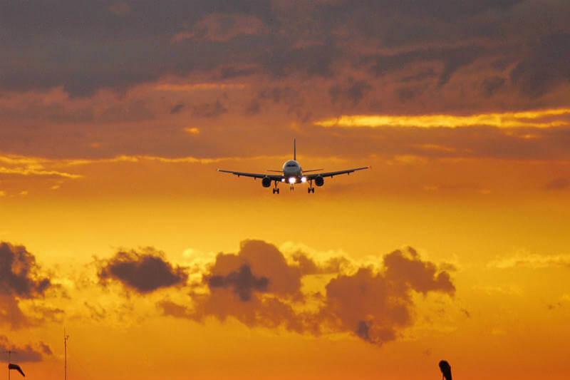 El aire, entre más caliente, se vuelve más delgado, lo que dificulta que el avión logre despegar.