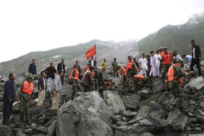 Más de 60 hogares quedaron cubiertos de roca y barro en Xinmo, una aldea al norte de Sichuan, China.