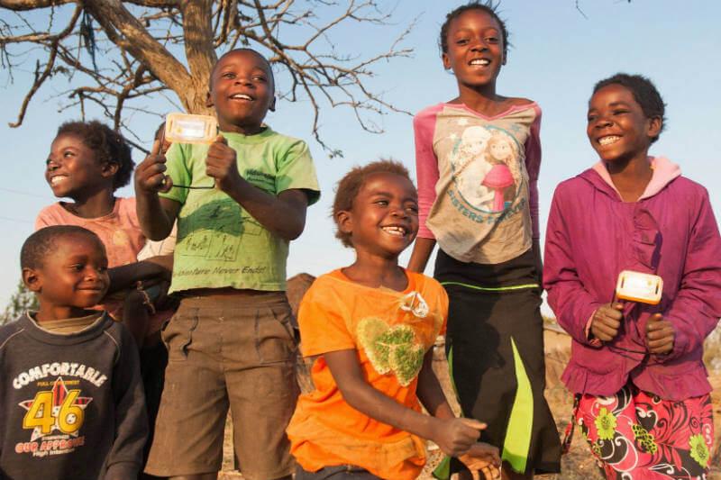 Empresas crean linterna con un panel solar integrado para donarla a millones de personas en África.