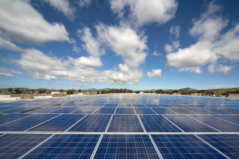 Nueva denuncia comercial exige que se impongan tarifas a los paneles solares para que los fabricantes estadounidenses puedan competir con el mercado asiático.