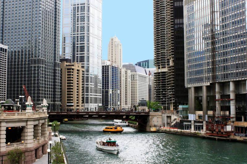 El lago de Michigan se contamina por la reversión anual del río Chicago.