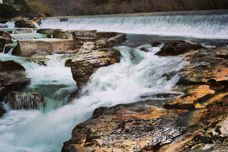 La energía azul se da cuando el agua dulce entra en contacto con el agua marina, por un proceso llamado ósmosis.