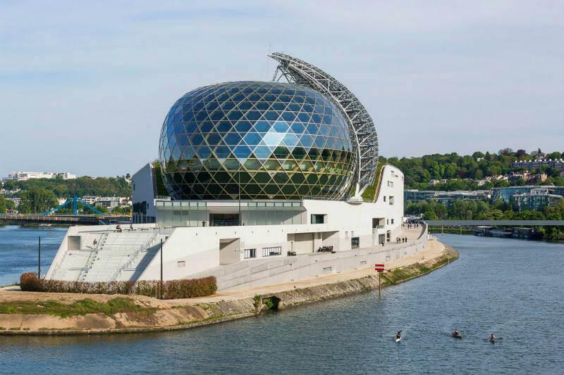 La idea principal del teatro es reforzar la imagen sostenible de la ciudad ya que cuenta con paneles solares.