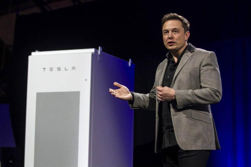 Elon Musk presenta batería capaz de almacenar energía renovable y luego suministrarla a más de 30,000 hogares en Australia.
