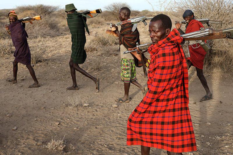 La sequía y la escasez de pastos hacen que los ganaderos anden armados y ocupen fincas privadas.
