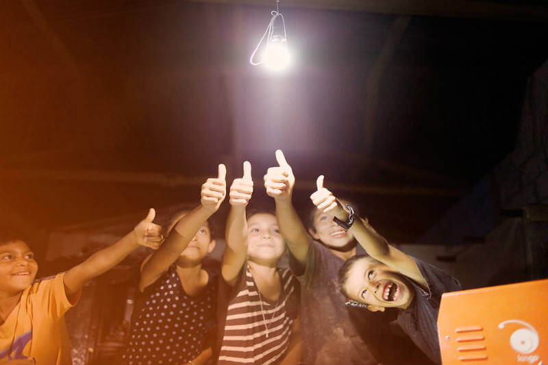 El sistema solar prepago Kingo, le da la oportunidad a miles de personas de tener luz eléctrica en su hogar o negocio.
