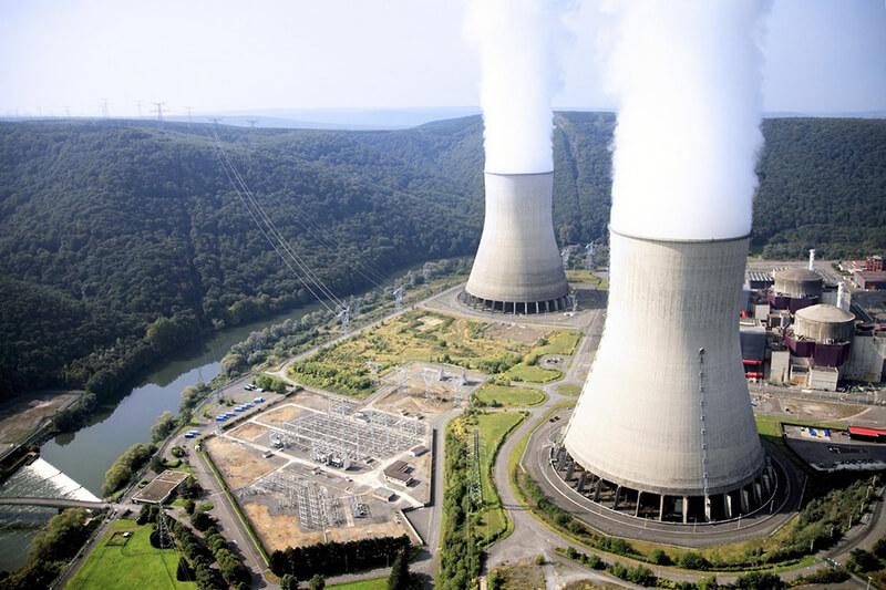 Francia cambia su estrategia de energía, buscando cerrar reactores nucleares