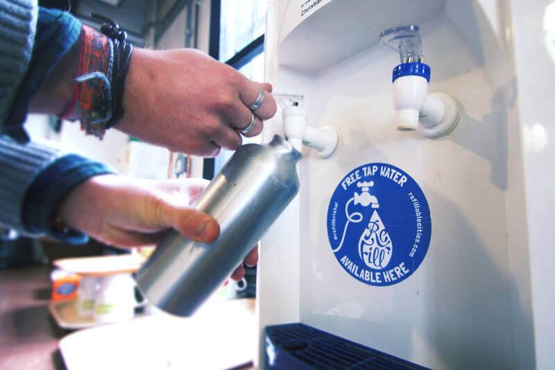 Esta iniciativa utiliza una aplicación para conectar a personas sedientas con empresas que llenarán sus botellas con agua del grifo.