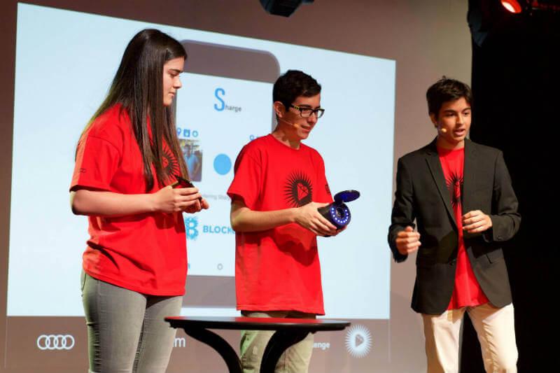 Jóvenes españoles presentan nueva red para compartir energía para recargar autos eléctricos.