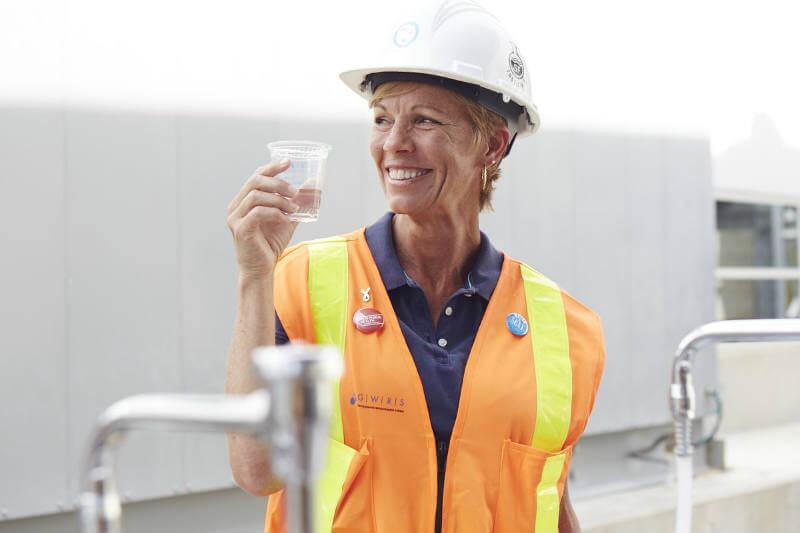 El Sistema de Reposición de Agua Subterránea, en California, purifica 100 millones de galones de agua residual al día y es el primero en embotellarla.