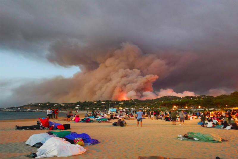 La región Côte d'Azur experimenta un verano extremadamente caluroso y seco, haciéndola más propensa a incendios forestales.