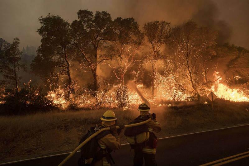 Casi 8,000 personas fueron evacuadas en California y ciudades en Arizona y Oregón también se vieron afectadas por fuertes incendios.