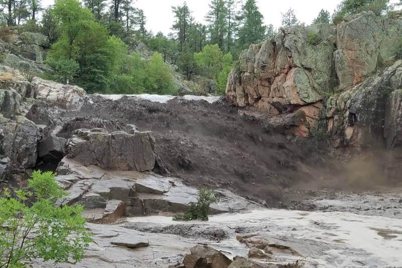 La inundación dejó nueve muertos y desaparecidos en un pozo de natación popular dentro del Bosque Nacional Tonto.