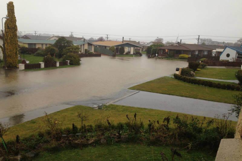 Tres regiones en Nueva Zelanda han sido afectadas por fuertes lluvias, deslaves, bloqueos de carretera y cortes de energía eléctrica.
