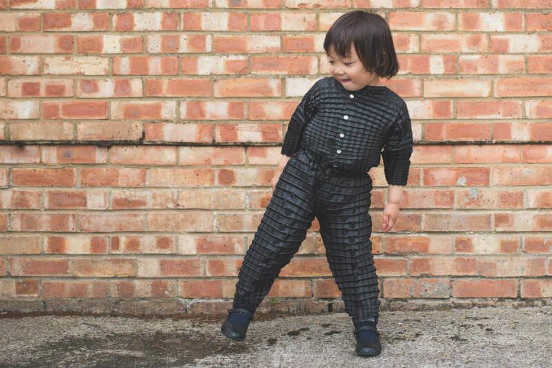 El sistema de plisado permite que la tela se expanda y que el niño se pueda mover y crecer cómodamente.