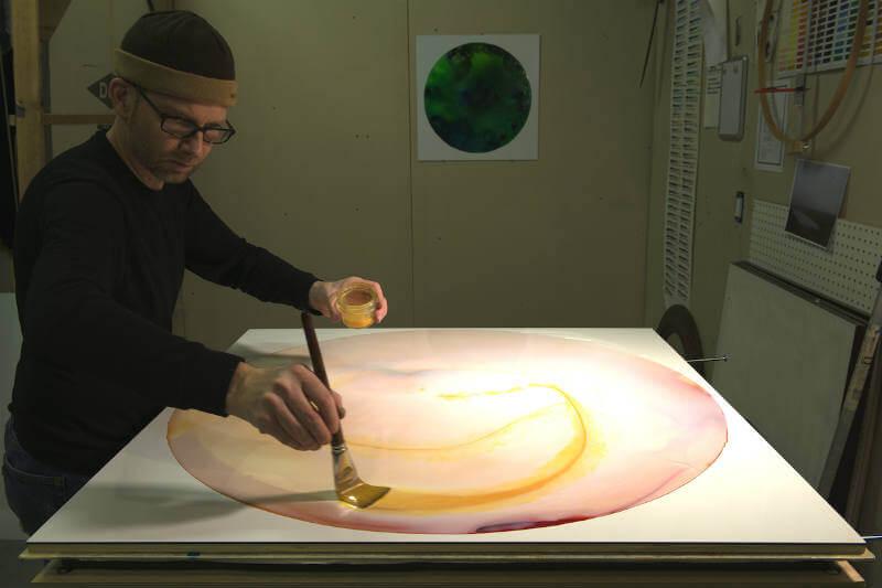 Guy Riefler descubrió que el hierro encontrado en los ríos puede convertirse en un pigmento polvoriento para luego poder pintar.