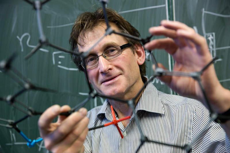 Bernard Feringa propone reciclar el CO2 para elaborar combustibles, gas u otros materiales para hacer polímeros o plásticos.