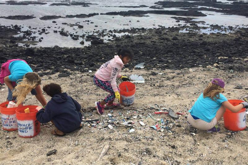 Voluntarios recogen la basura en las playas y recopilan datos para la creación de políticas que ayuden a reducir la contaminación marina.