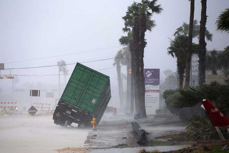 Huracán Harvey llega a Texas, teniendo un saldo de 2 muertes