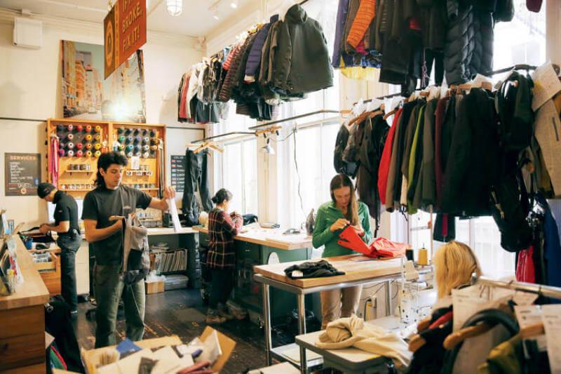 La compañía Patagonia reutiliza ropa vieja y la mezcla de materiales orgánicos de su línea de ropa, permite que sea resistente y duradera.