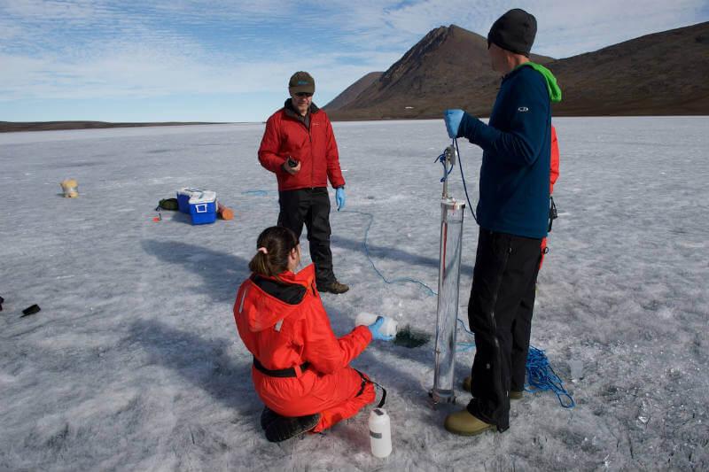 Las altas temperaturas permiten que microorganismos vivan debajo de lagos que se han descongelado y que emitan más gases de efecto invernadero.
