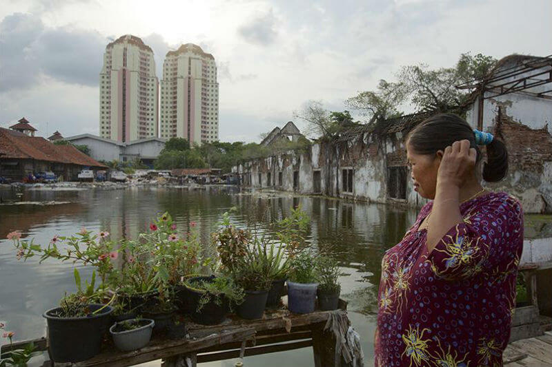 A parte de que Yakarta se hunde, sus infraestructuras son incapaces de afrontar el crecimiento de la población, por ello también el cambio de capital.