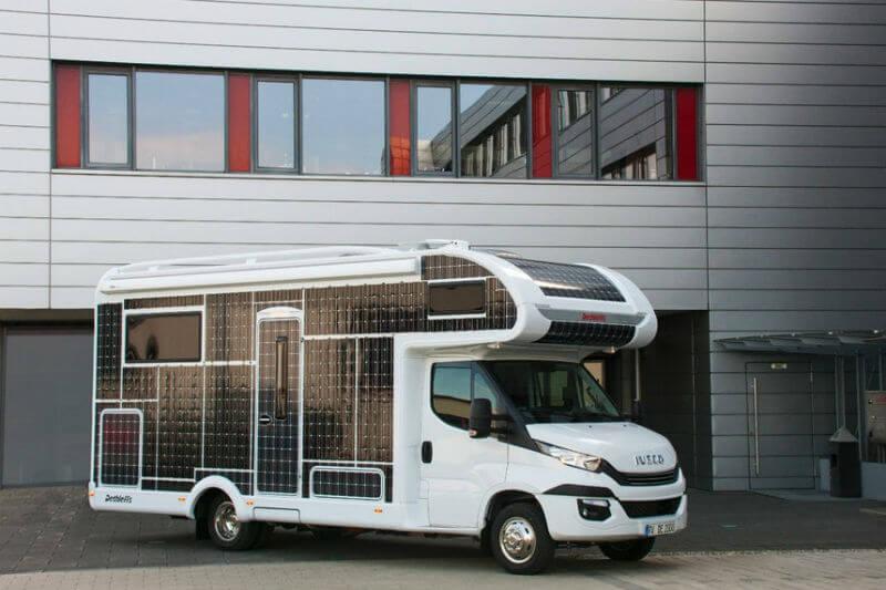 La autocaravana cuenta con paneles solares para recargar la batería y cubrir el resto de las necesidades del vehículo.