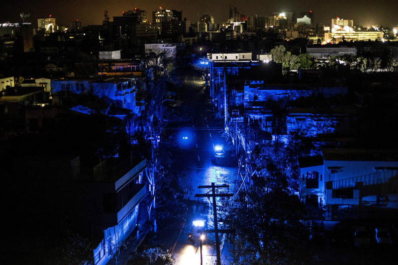 El huracán María arrasó con el sistema eléctrico y ahora los sistemas de salud pública y de saneamiento no están funcionando.