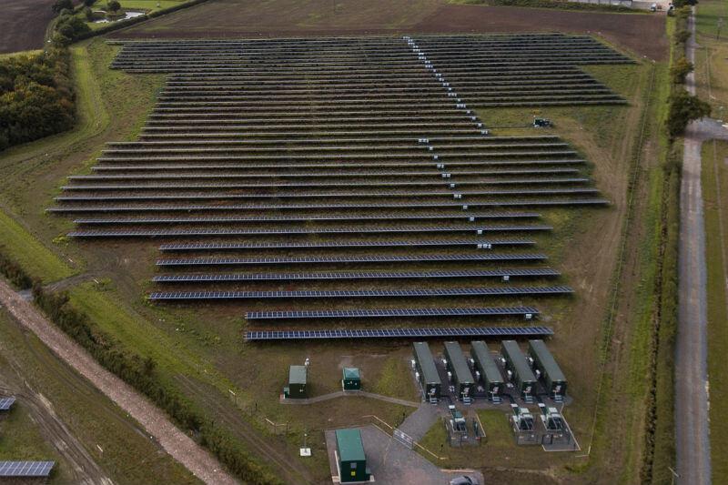 La nueva granja solar Clayhill puede generar suficiente energía para abastecer alrededor de 2,000 casas.