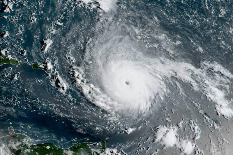 Miles de personas en las islas del Caribe y en Florida se preparan porque el huracán cuenta con vientos constantes de casi 297 km/h.