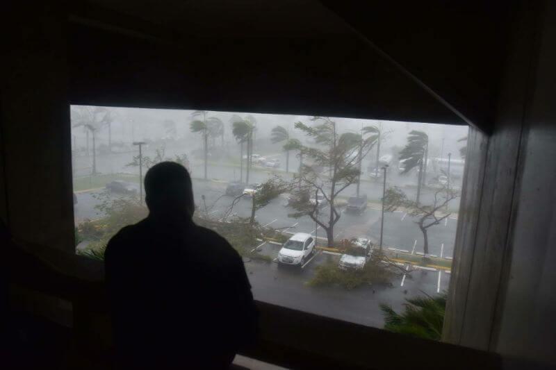 La tormenta de categoría 4 ha cortado la electricidad, hay miles de personas en refugios y la posibilidad de inundaciones ha aumentado.