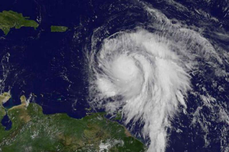 Se espera que en las próximas horas el ciclón toque tierra en la isla de Dominica, en las Antillas Menores, con vientos máximos de hasta 260 kilómetros.