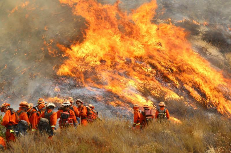 Una gran cantidad de incendios, en al menos seis estados, han ocasionado la evacuación de miles de personas.