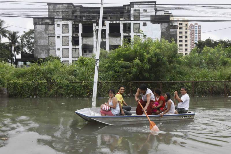 En Manila, escuelas, mercados financieros, oficinas del gobierno y calles principales se han cerrado por las inundaciones.