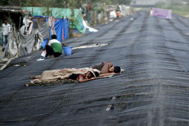 En India, colocar sacos de yute empapados con agua encima de los techos de lámina es una de las opciones para refrescar el hogar.