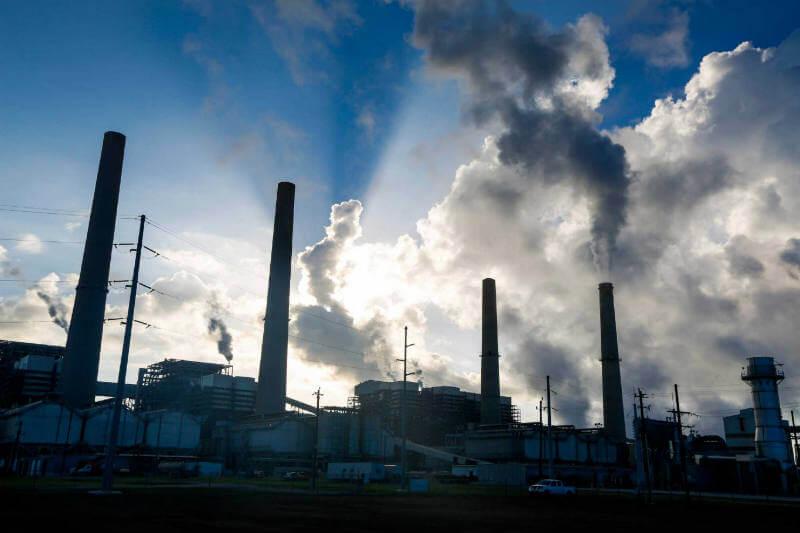 Economistas sugieren que los gobiernos deben hacerle frente a las industrias contaminantes con un impuesto de $100 la tonelada.