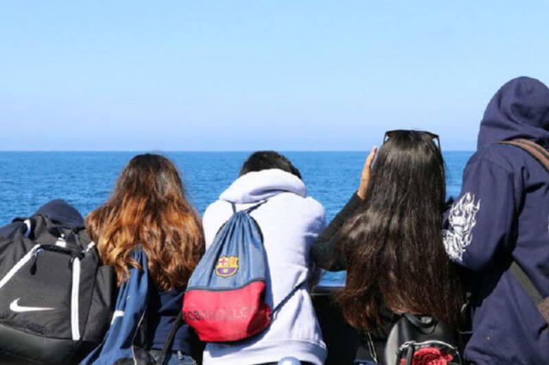 El instituto 5 Gyres lleva a estudiantes en expediciones oceánicas con el objetivo de inspirarlos a sigan carreras como científicos y defensores del mar.