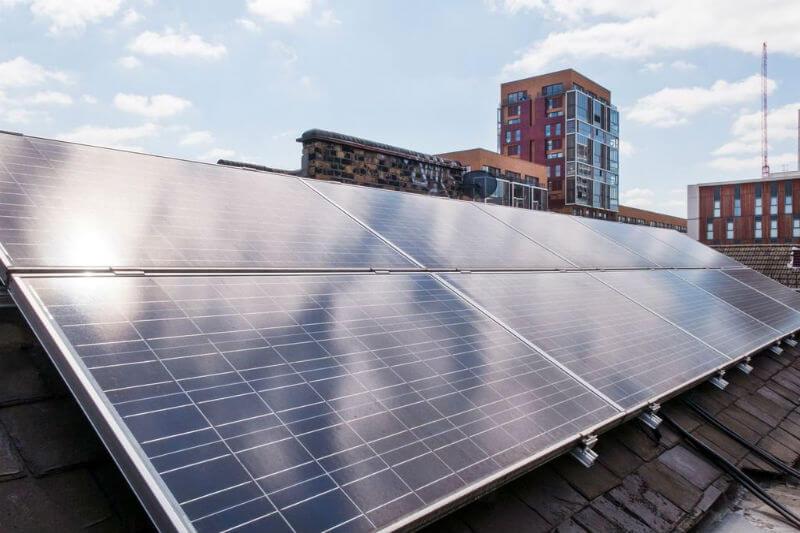 La compañía está probando una serie de baterías domésticas para mitigar la presión en la red de energía solar y así más familias podrán usarla.