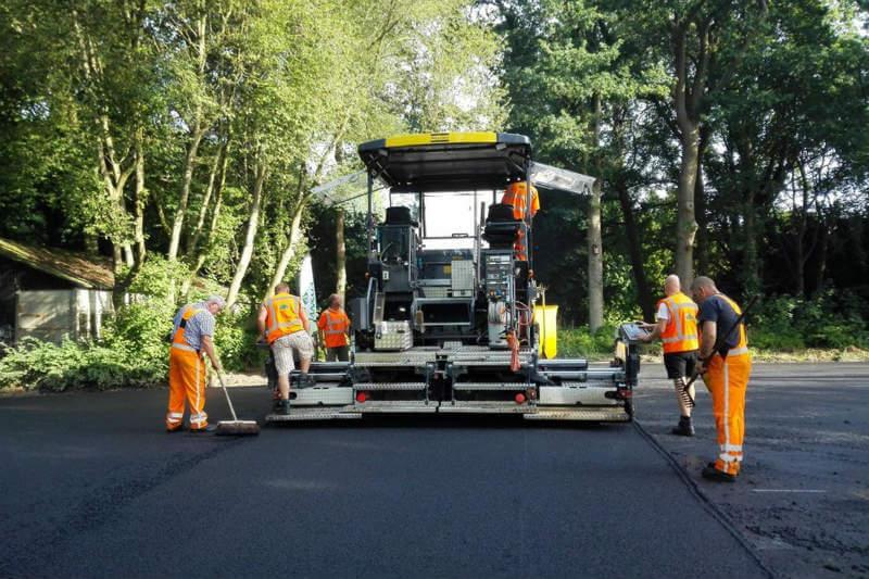 Dos empresas en Holanda han desarrollado la tecnología para reciclar las fibras de papel de aguas residuales y así pavimentar un carril para bicicletas.