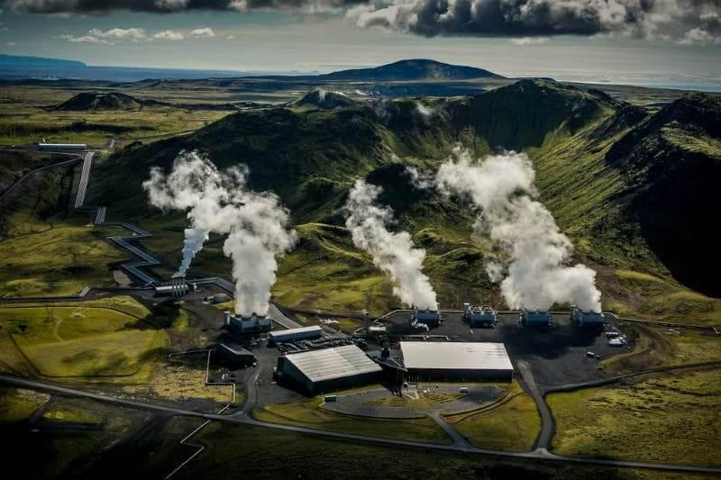 Planta de energía en Islandia captura CO2 y lo convierte en un mineral sólido, almacenándolo permanentemente y evitando su liberación a la atmósfera.