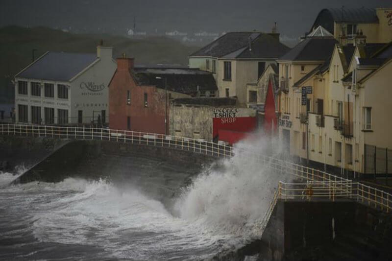 En Irlanda, escuelas y edificios gubernamentales permanecen cerrados, miles de personas no tienen electricidad y tres víctimas son el resultado de la tormenta.