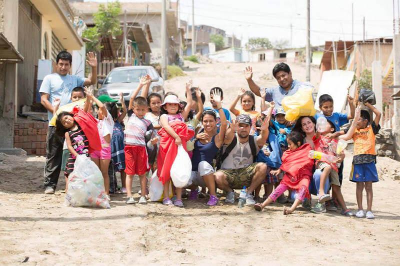 La asociación le da un valor a lo que conocemos como basura, al transformar las botellas plásticas en frazadas para niños en zonas vulnerables.