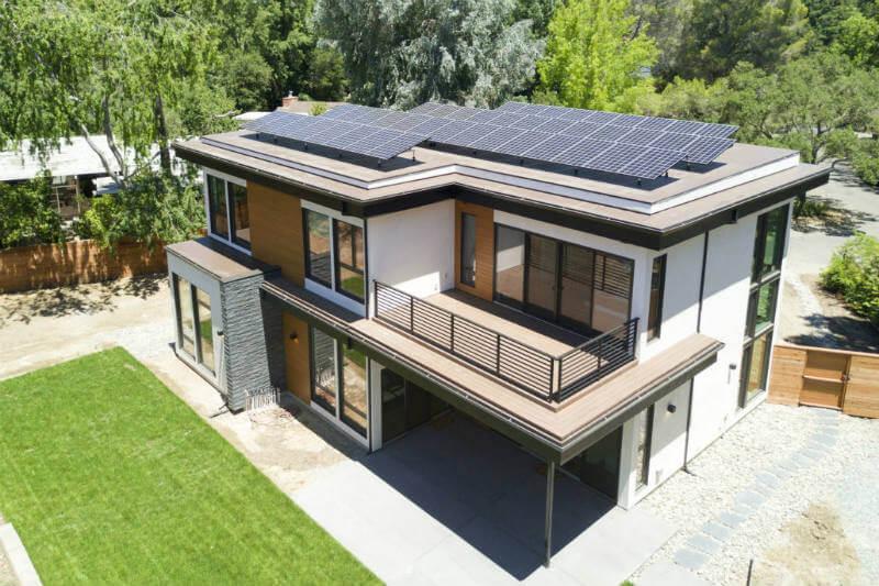 Para lograr el 100% de consumo limpio, la casa de Mark Z. Jacobson utiliza paneles solares y sistema de almacenamiento doméstico Powerwall de Tesla.