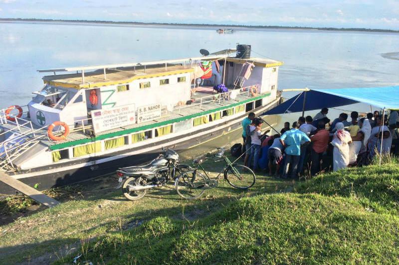 La clínica náutica S. B. Nahor, alimentada con energía solar, lleva médicos a la puerta de las personas que viven en las islas fluviales en el estado de Assam.